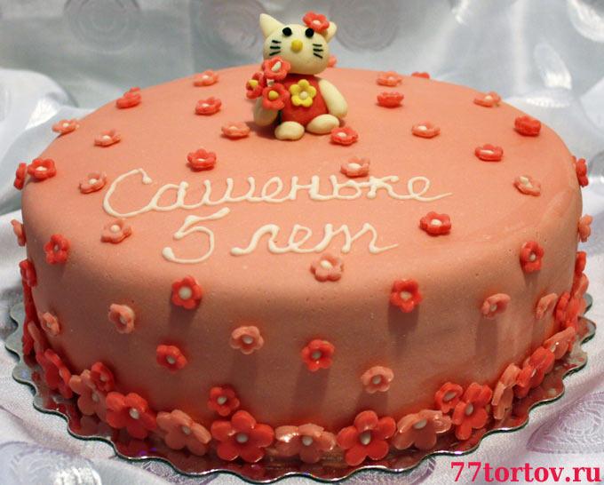 Торт покрыт мастикой и украшен фигуркой кошечки Китти и цветами из...