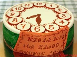 Торт в форме часов на школьный выпускной