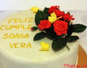 Розы и бабочки из мастики на торте