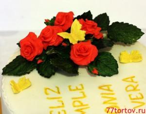 Розы и бабочки из мастики на праздничном торте
