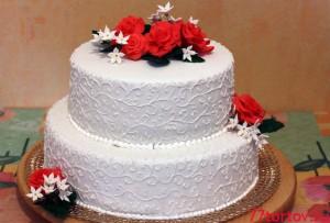 Двухъярусный торт с розами