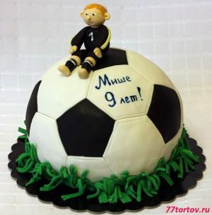 Торт в виде футбольного мяча с вратарём