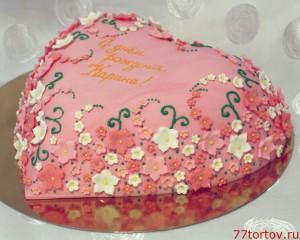 Торт в форме розового сердца покрыт мастикой