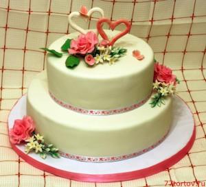 Свадебный двухъярусный торт с розами и сердцами