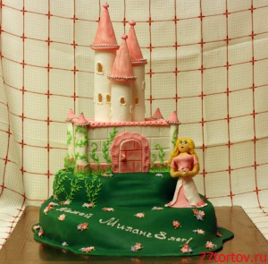 Торт в виде замка на холме с фигуркой принцессы
