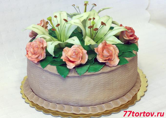 Торт с розами и лилиями