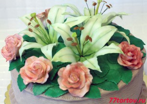 Розы и лилии из мастики на торте