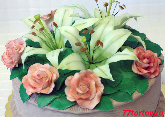 Розы и лилии на торте