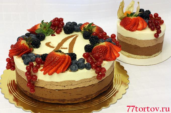Двухъярусный торт, украшенный свежими ягодами