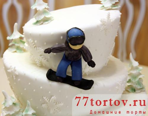Фигурка сноубордиста из мастики на торте