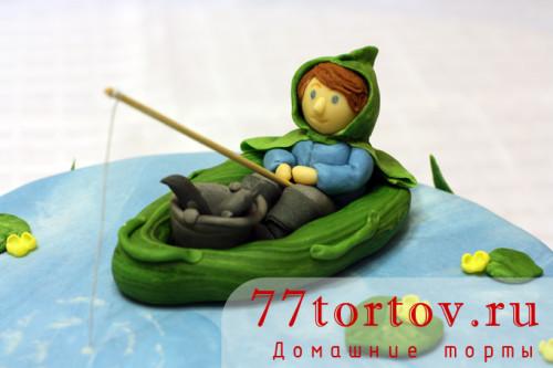 Фигурка из мастики в виде рыбака в лодке